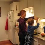 С мамой готовим сок. Щёлкните, чтобы увеличить